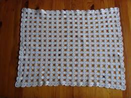 Napperon Blanc Rectangulaire  Crocheté  Finement , Motif 4 Feuilles. Voir Photos. - Napperons