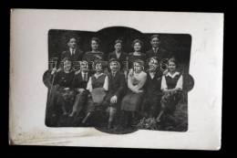 Carte Photo RARE Groupe De Jeunes Randonneurs Décorés De Fleurs Dans Cadre Art Nouveau - 3 Scans - - Cartes Postales