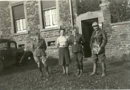 WILLERZIZ PHOTO D EPOQUE DE 1939 UN GROUPE DE SOLDATS DEVANT UNE MAISON DU VILLAGE - Belgique