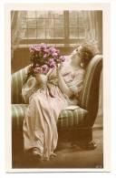 Belle Jeune Femme Au Bouquet De Roses Alanguie Sur Méridienne - Glamour - Carte Colorisée - Dos Vierge - Mode