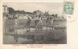 LA PLAGE DU CROTOY BEBES CONSTRUISANT DES FORTS DE SABLE DE LA BUTTE DU MOULIN 80 SOMME - Le Crotoy
