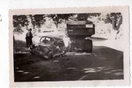 AUTOMOBILES . PHOTO ACCIDENT DE VOITURE ET CAMION VERS ROQUEVAIRE , 1955 - Automobiles