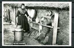 """S/w Photo AK  Niederlande Staphorst 1950 """"Bij Het Melkrek,Frau Mit Milchkannen  """" 1 AK Used,benutzt - Landbouw"""