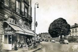 92-SEVRES..LA PLACE DE LA LIBERATION ET LA GRANDE RUE AVEC CAFE TABAC  ANIMEE...CPSM GRAND FORMAT ANIMEE - Sevres