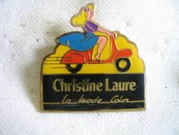Pin´s Christine LAURE Sur Son Vespa. Pub La Mode Color - Pin-ups