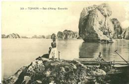 Viêt-Nam. Stationnement D'embarcations  Dans La Baie D´Along . - Viêt-Nam
