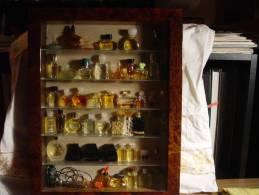 COLLECTION DE 51 MINIATURES PARFUM DANS BELLE VITRINE ( 31  PHOTOS ) GUCCI HERMES VERSACE - Fragrances