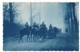 MILITAIRE - AISNE 1918 - Dans Le Brouillard - Section De Mitrailleuses De Cavalerie Allant à L`attaque -GUERRE 1914-1918 - Oorlog 1914-18