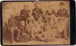 PHOTO DE GROUPE AVANT 1900 SUR CARTON FORT EN TRES MAUVAIS ETAT, Dim: 195x125. (PH19) - Personnes Anonymes