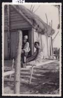 Antsirabe (env. —) - Couple Devant Une Case Décorée (montants Entaillés) Et Sorte De Métier à Tisser-  Ca 1957 (-425) - Madagascar
