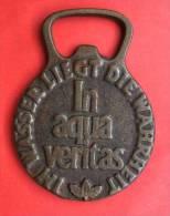 Rare Decapsuleur Ancien Biface Krombacher Pils / Wasser Liegt Die Wahrheit In Aqua Veritas 102gr Dim 88x62mm - Tire-Bouchons/Décapsuleurs
