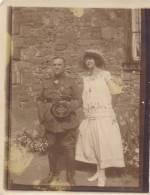 Photo Ancienne (1924) : Couple, Militaire Posant Avec Sa Feme Devant Sa Maison, Chapeau, Casquette, à Identifier - Guerre, Militaire