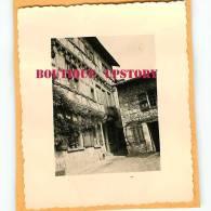 01 - PEROUGES - PHOTO De Photographe Amateur En 1955 - Architecture - Photo 6.5 Cm X 8 Cm - Dos Scané - Places