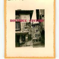 01 - PEROUGES - PHOTO De Photographe Amateur En 1955 - Cadran Solaire + Architecture - Photo 6.5 Cm X 8 Cm - Dos Scané - Places