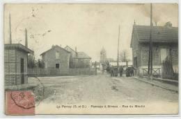 LE PERRAY (YVELINES - 78) - CPA - PASSAGE A NIVEAU - RUE DU MOULIN - Le Perray En Yvelines