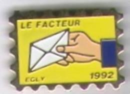 Pin´s En Forme De Timbre. Le Facteur 1992. Egly - Postes
