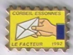 Pin´s En Forme De Timbre. Le Facteur 1992. Corbeil-Essonnes - Postes