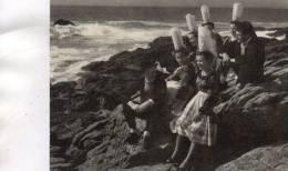 - CPSM - 29 - Bretons Posant En Costume Traditionnel Au Bord De L'eau Vers 1950   - 456 - Unclassified