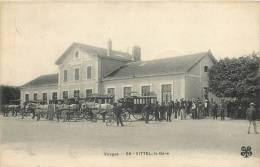 88 VITTEL LA GARE ANIMEE AVEC ATTELAGES - Vittel Contrexeville