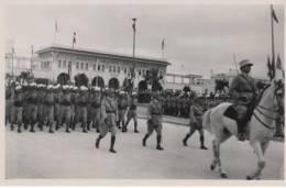 Défilé Des Troupes Militaires Francaise   Lors De La Colonisation Du Maroc  Casablanca - Guerra, Militares
