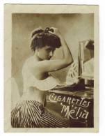 """CHROMO CIGARETTES MELIA ALGER PIN UP: """"Femme En Soutien Gorge Faisant Son Chignon"""" - Melia"""