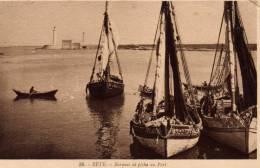 SETE (34) BARQUES DE PECHE AU PORT  - CPA N/B - VOYAGEE EN 1929 - ANIMEE PERSONNAGES ET BARQUES - Sete (Cette)