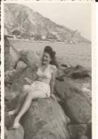 Photo - Menton En 1946 - Femme Sur Un Rocher En Maillot De Bains - Personnes Anonymes