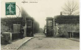 6494 -  Saone Et Loire -  PERONNE  : Porte De Paris   Et Le Facteur   En 1909 - Other Municipalities