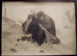 Ancienne GRANDE PHOTO Originale CREST 26 LE REPARATEUR DE PARAPLUIES Petit Métier Ambulant Rue Parapluie 1900 - Profesiones