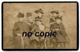 Photo Enfants Posant Assis Avec Leurs Jouets - Cerceau - Cape - Chapeaux Beret Casquette - 11x 16 Cm - Photos