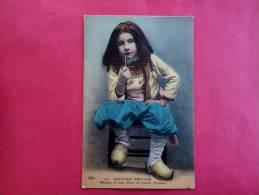 Young Girl Smoking Pipe Costumes Bretons Monsieur Le Futur Maire De Confort  =ref 748 - Bretagne
