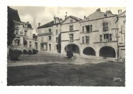 Cp, 85, Fontenay-le-Comte, Place Bellard, Vieilles Maisons Et Caisse D'Epargne - Fontenay Le Comte