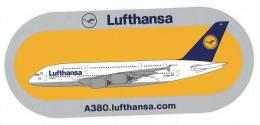23 -  AUTOCOLLANT AVION - LUFTHANSA - A 380 (taille 220 X 10 - Autocollants