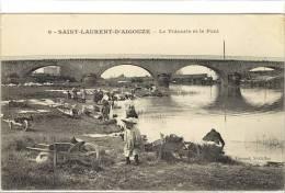 Carte Postale Ancienne Saint Laurent D'Aigouze - La Vidourle Et Le Pont - Métiers, Laveuses, Lavandières - France