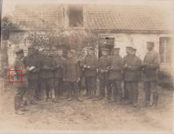 SOLDATS ALLEMANDS-SOUS OFFICIER DONNANT DES CONSIGNES A SES HOMMES-TAMPON INF. REG. FELDMARSCHALL HNIDENBURG-CARTE PHOTO - Guerre 1914-18
