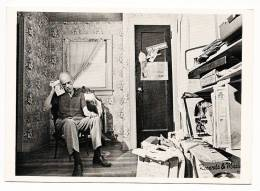 Joseph Cornell, Flushing, New York, 1969 - Photograph By Hans Namuth - Back Blanked - Illustrateurs & Photographes