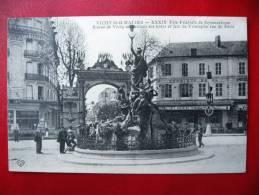 CPA ALLIER - VICHY 1913 - Fête De Gymnastique - Statue De Vichy Et Arc De Triomphe Rue De Paris - Vichy