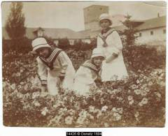 14426g RUSSIE - JARDIN - Enfants En Costume De Marin - 10.5x8 Cm - Lieux