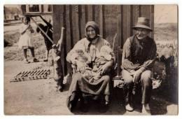 ETHNICS GYPSYS SITTING BY THEIR HOUSE OLD POSTCARD - Ethnics