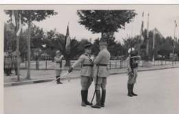 Medecin Capitaine Recevant Une Decoration Troupe Francaise Au Maroc - Guerra, Militares