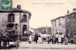 49 _  TILLIERS  _  Le  Carrefour  De  La  Maréchalerie , Ferrage  D ' Un Cheval  _ - Otros Municipios