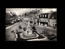 50 - CARENTAN - La Place De La République Et Le Monument Aux Morts - 3 - Voiture 1950 - Carentan