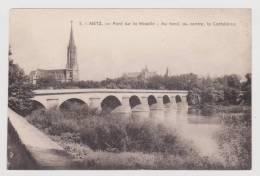 METZ - N° 5 - PONT SUR LA MOSELLE - AU FOND LA CATHEDRALE - Metz