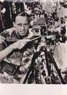 CPSM PHOTO EXTRAITE FILM HAWAI ILES DE REVE DE JACQUES CHEGARAY CINASTE AVEC SA CAMERA HONOLULU - Other