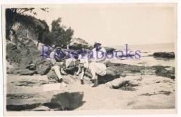P54 - SABLES D'OLONNE - Famille Dans Les Rochers - 1 Photo Vers 1930 - Places