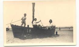 KUST-AAN ZEE-DE PANNE-OOSTENDE-FOTO-VISSERSBOOT 18 OP HET STRAND-FOTOKAART-GEDATEERD 31-08-1946 - De Panne