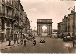 CPM Dentellée - BORDEAUX 33 Gironde  -  1956  Porte De Bourgogne Très Animée Vieilles Voitures - Bordeaux