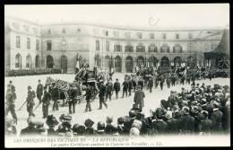 """CPA. LES OBSEQUES DES VICTIMES DE  """"LA RÉPUBLIQUE """". Les Quatre Corbillards Quittent La Caserne De Versailles. - Funérailles"""