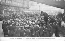 75 PARIS LA GREVE DES CHEMINOTS A LA GARE DU NORD LES VOYAGEURS NE PEUVENT PLUS PARTIR - Zonder Classificatie