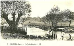 Conches-en-Ouche. Le Village Au Fond Et La Vallée Du Rouloir; Partie De Pêche En Barque. - Conches-en-Ouche
